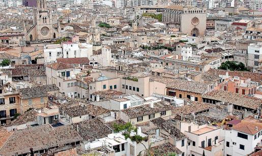 En la imagen superior, vista aérea del casco antiguo de Palma.