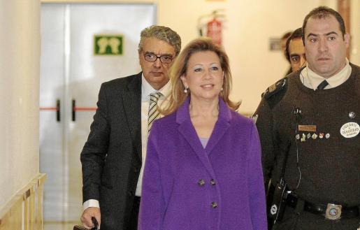 Munar, junto a su abogado, Gabriel Garcías, en la última comparecencia por el caso Maquillaje.