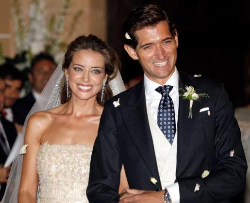 María Colonques y el farmacéutico Andrés Benet salen de la Iglesia.