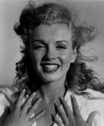 """Reproducción fotográfica del 8 de diciembre de la casa de subastas Christie's de la fotografía que Andre de Dienes tomó a la actriz Marilyn Monroe, titulada """"Marilyn Monroe, Tobey Beach, Long Island, Nueva York, USA, 1949"""""""