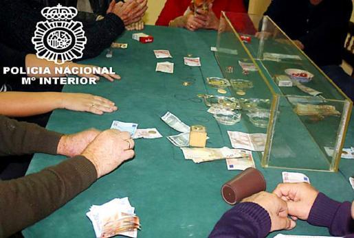 Imagen de archivo de una intervención de la Policía Nacional de Palma en otra timba ilegal.