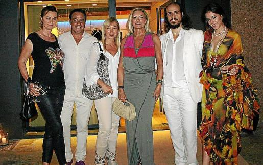 Sophie von Rheden, Lucio Villegas, Fanny Pons, Lydia Mayo, Carlos Miró y Verónica Luque, ante la tienda 'atelier' de Isabel Guarch en la Plaça des Mercat.