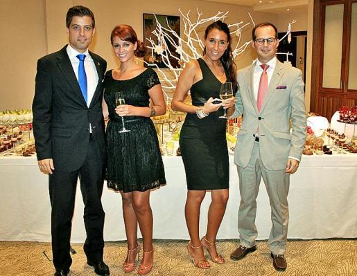Luis Vizcaíno, Candy Correa, Clara García y Nicolás Morell, ante unos postres elaborados artísticamente.