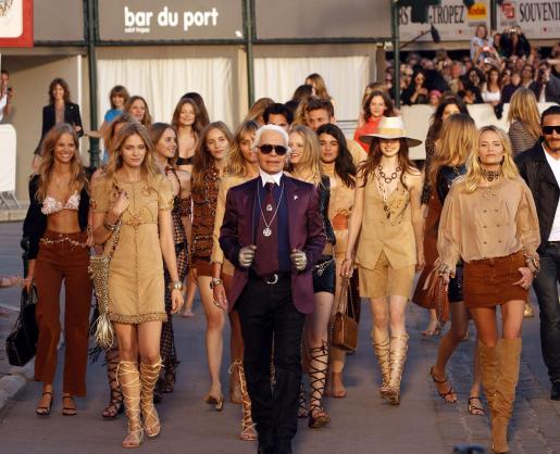 Karl Lagerfeld y las modelos del desfile.