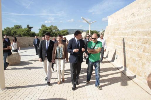 Las autoridades han inaugurado el nuevo paseo bajo un día espléndido.