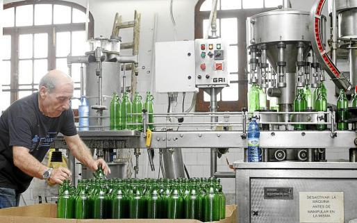 menorca mao fabrica de ginebra gin xoriguer trabajador