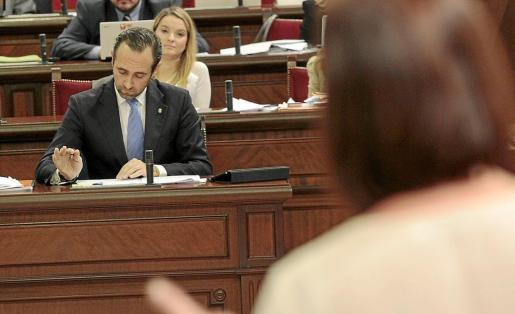 José Ramón Bauzà, en uno de los plenos del Parlament en los que se debatió sobre su incompatibilidad. g Foto: J. TORRES