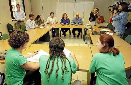 Govern y docentes se reunieron durante una hora, con receso incluido. g Foto: PERE BOTA