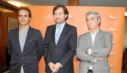 Álvaro Gijón, Andreu Garau y Antoni Luengo, tras la mesa de contratación, integrada por técnicos del Govern y Cort.
