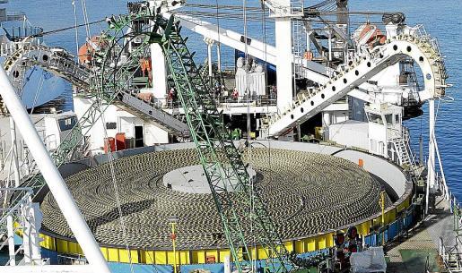 Proceso de instalación del primer cable eléctrico de conexión con la Península, en enero de 2011.