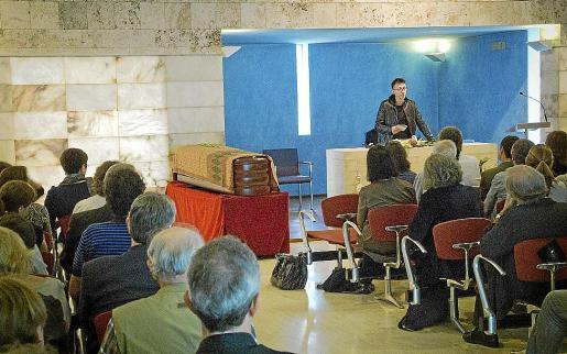 El poeta Arnau Pons leyó versos de Kavafis y Rilke en el tanatorio, ante el féretro de Catany.