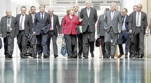 La canciller Angela Merkel y su equipo negociador, llegando al lugar de la reunión con los socialdemócratas. g Foto: WOLFGANG KUMM/EFE