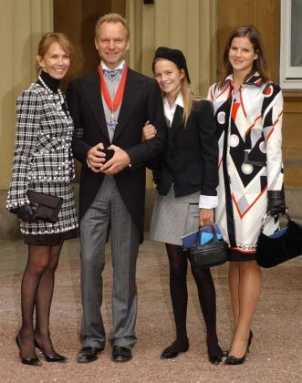 Sting, en el palacio de Buckingham tras recibir una distinción en 2003.