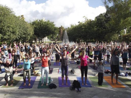 Imagen de la actividad de yoga organizada el año pasado en el Parc de sa Feixina por Palma goes Yoga.