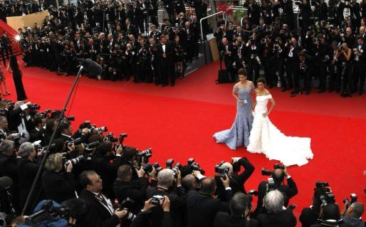 Eva Longoria y Aswhara Rai posan frente a una nube de fotógrafos en la alfombra roja.