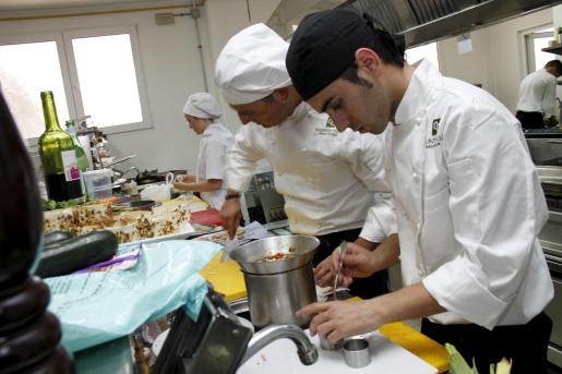 A la final del Campeonato de Balears de Cocineros han llegado 13 participantes. A la derecha, dos de los platos presentados, obligatoriamente uno de bacalao y otro de solomillo de ternera.