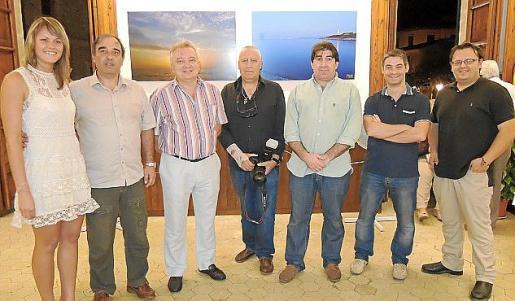 Signe Dzile, Miquel Salas, Toni Ferragut, Tomeu Pinya, Martí Morro, Dani Ramón y Emilio J., algunos de los fotógrafos que exponen en Pollença, durante el acto de presentación.