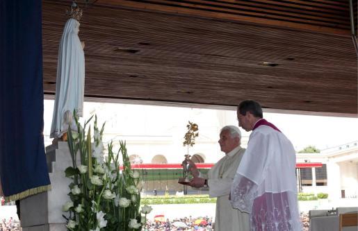 El Papa Benedicto XVI ofrece una rosa dorada al Santuario de la Virgen de Fátima.