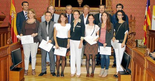 Los galardonados con la Gota d'Oli, junto a Maria Salom, Gabriel Company y Josep Oliver durante el acto celebrado en el Consell de Mallorca.