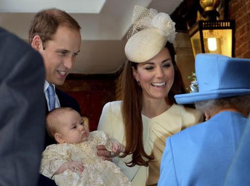 El bebé, de tres meses, con sus padres y su bisabuela, la reina de Inglaterra.