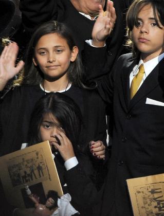 Los hijos de Michael Jackson Paris Jackson (i), y Prince Michael Jackson, durante el homenaje público a su padres celebrado en Staples Center, Los Angeles, California.