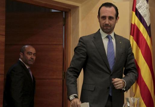 El presidente José Ramón Bauzá, en una imagen de archivo con el vicepresidente, Antonio Gómez, en segundo plano.