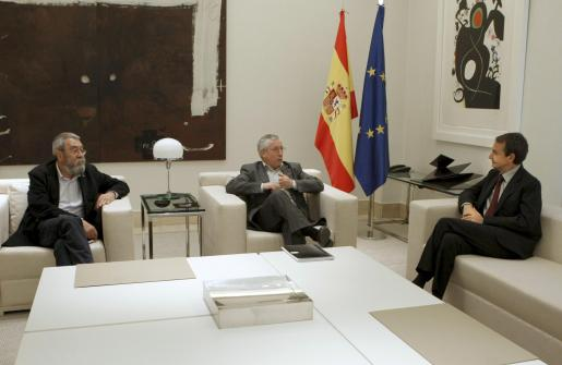 El presidente del Gobierno, José Luis Rodríguez Zapatero, durante la reunión con los líderes de CCOO, Ignacio Fernández Toxo (c), y de UGT, Cándido Méndez (izda.).