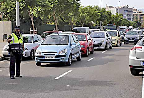 La Policía Local realizó el atestado, detuvo al conductor y reguló la circulación.