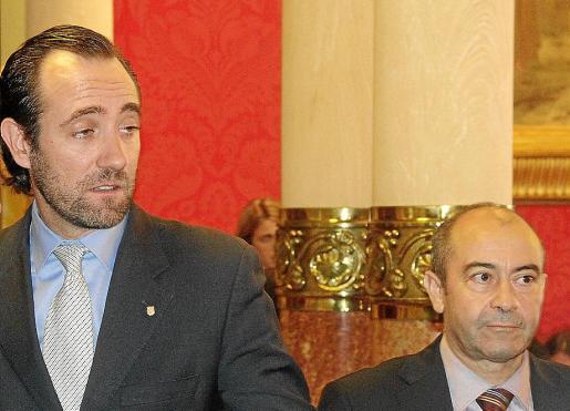 José Ramón Bauzá y Antonio Gómez,en una sesión del Parlament. FOTO: JOAN TORRES