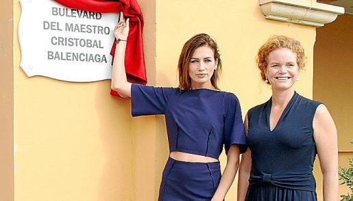 La top model Nieves Álvarez, en la imagen junto a Corinna Graf, descubrió la placa en el bulevard que lleva el nombre del maestro Cristóbal Balenciaga.