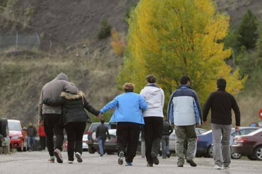 Varias personas en las inmediaciones del Pozo Emilio del Valle de Llombera de Gordón (León), donde al menos seis personas fallecieron ayer.