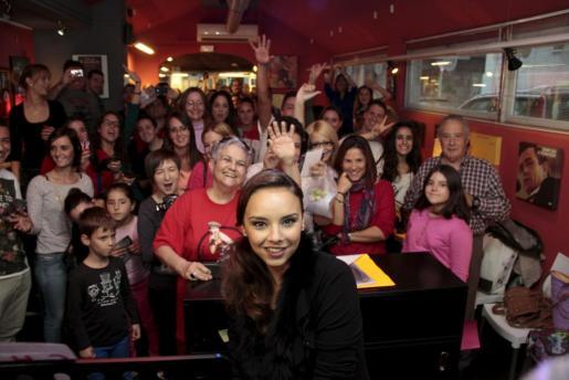 Chenoa ha posado con sus fans en Palma.