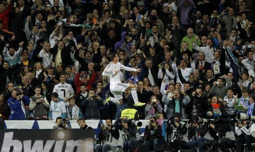 El centrocampista galés del Real Madrid Gareth Bale celebra uno de losl goles que ha marcado al Sevilla, primero para el conjunto blanco.