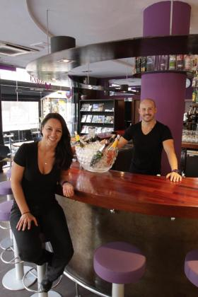 Marcos y Natalia, responsable del bar de copas Glops.