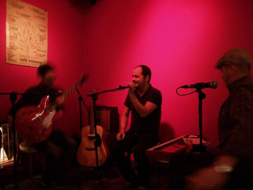 El músico de Mallorca Joan Castells, alter ego de Petit, durante una actuación en directo.