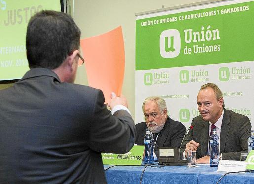 El portavoz de Compromís, Enric Morera, muestra una cartulina roja a Alberto Fabra (d).