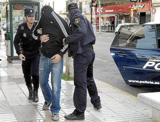 Imagen de uno de los policías nacionales detenidos en Eivissa pasando a disposición judicial.