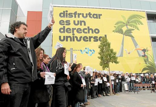 Un grupo de trabajadores de Orizonia se manifiesta en la sede de la empresa en el Parc Bit.