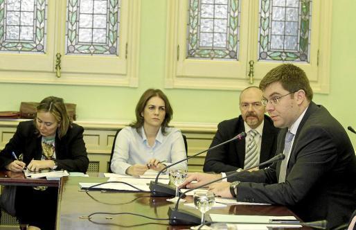 El conseller Sansaloni explicó las cuentas de su departamento acompañado por su equipo.