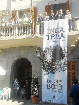 Los ediles desplegaron dos pancartas desde el balcón del Ajuntament.