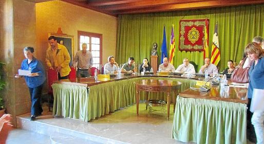 Momento en que los representantes de Progressistes, Entesa y PSOE abandonaban la Sala.