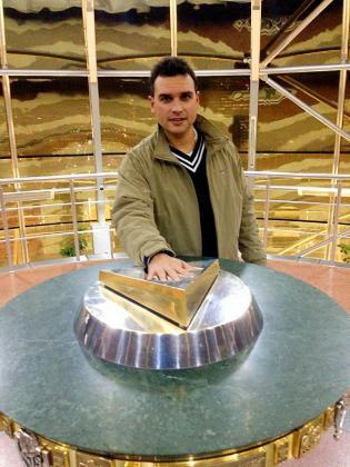 Riera junto al símbolo de Astana, que representa el punto de sabiduría en Asia.