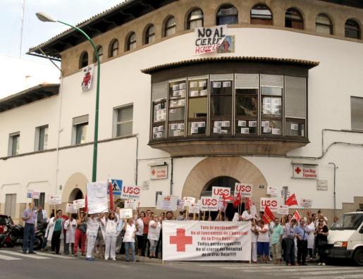 La concentraciones debido al posible cierre del hospital de la Cruz Roja se han sucedido el último mes.