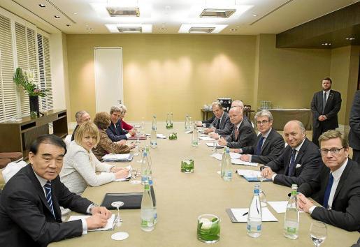 La mesa negociadora, reunida en el hotel Intercontinental de Ginebra.