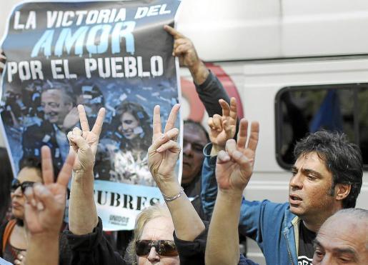 Seguidores de Fernández, celebrando el éxito de la intervención a la que fue sometida en octubre.