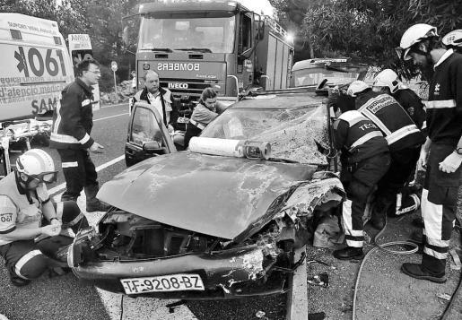 El conductor del vehículo familiar tuvo que ser rescatado por los Bombers de Mallorca. Fotos: VASIL VASILEV