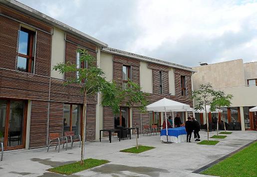 El edificio del centro de día y de la residencia dispone de un amplio patio interior y varias salas polivalentes además de las habitaciones. Fotos: E.B.