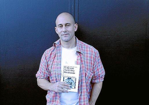 Carlos Meneses Nebot posa con su nuevo libro.