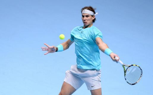 Rafael Nadal ejecuta un golpe durante el partido ante Roger Federer.