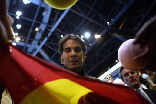 El español Rafael Nadal firma autógrafos tras ganar el partido ante Roger Federer.